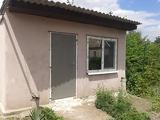 Металлическая дверь и окно в помещение